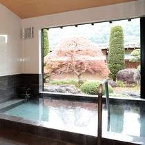 【別邸貸切風呂】 庭園が四季折々の景色をみせてくれるお風呂です。ご夫婦、ご家族で贅沢空間を楽しめます
