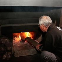 【五右衛門風呂】 昔のままに、薪で温度調節をしています。