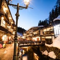 冬の銀山温泉街