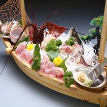 *地魚とアワビ、イセエビのお造りが贅沢な舟盛り