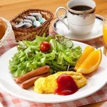 ある日の朝食、焼きたてパンはおかわり自由