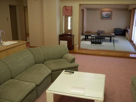 特別室(禁煙) 和室12.5畳+洋室ツイン(バス+トイレ付)