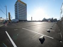 駐車場とホテル外観