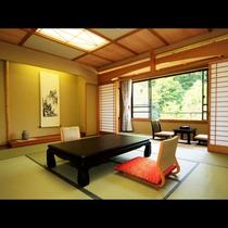 広々とした客室は川沿いに面し、窓からは自然の景色を眺めることができる!(客室例)