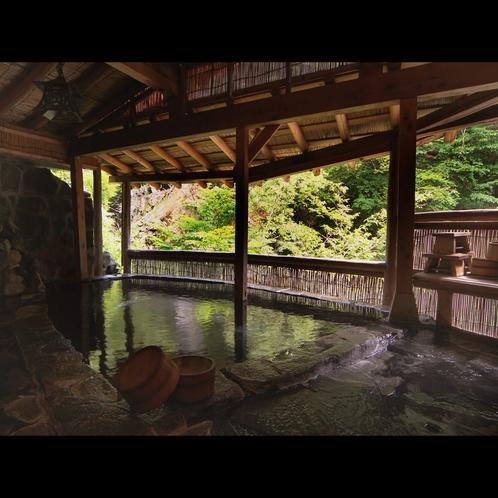 間欠泉や渓谷美を眺めながら入れる露天風呂。