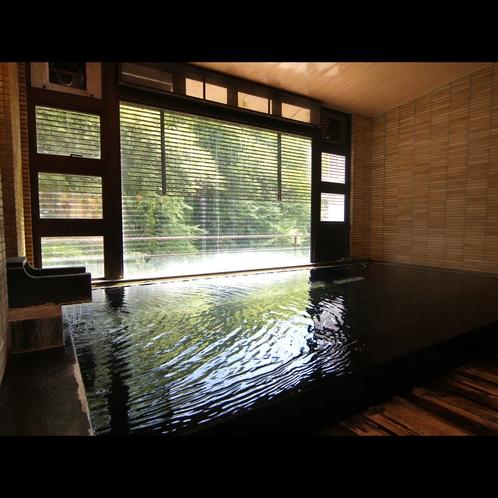 開放感のある大浴場窓の向こうには豊かな自然