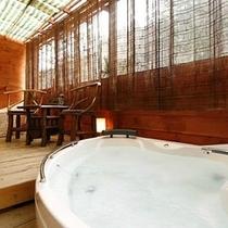 【ワンちゃん専用特別室】ウッドデッキにはワンちゃんと一緒に入れるジェットバスとペット専用風呂あり