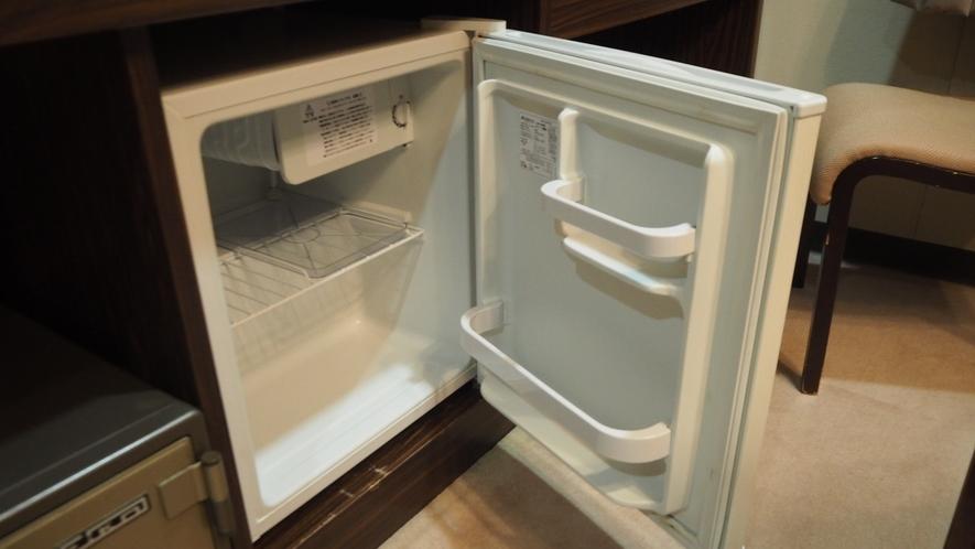 *部屋設備/部屋には簡易的な冷蔵庫も完備しております