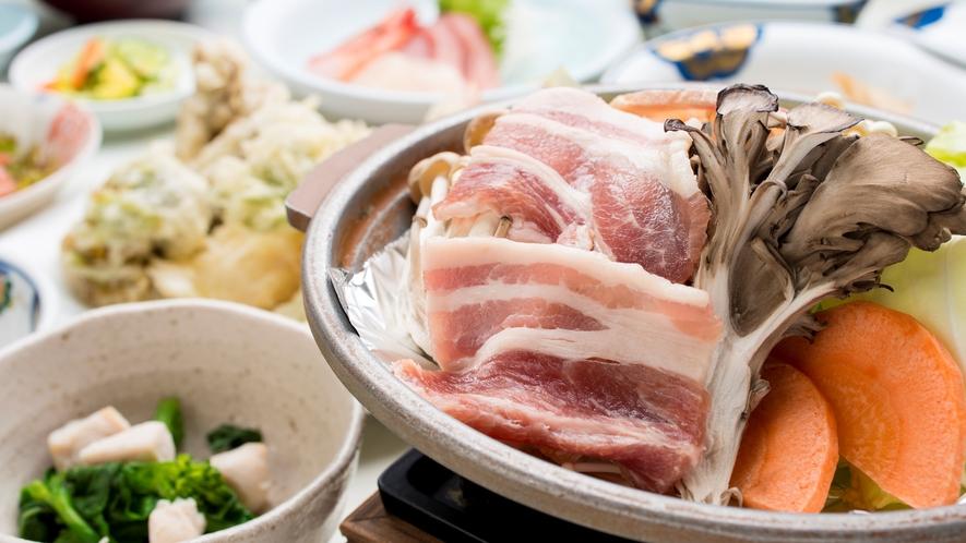 *ご夕食では和洋料理を中心としたメニューをご提供しています