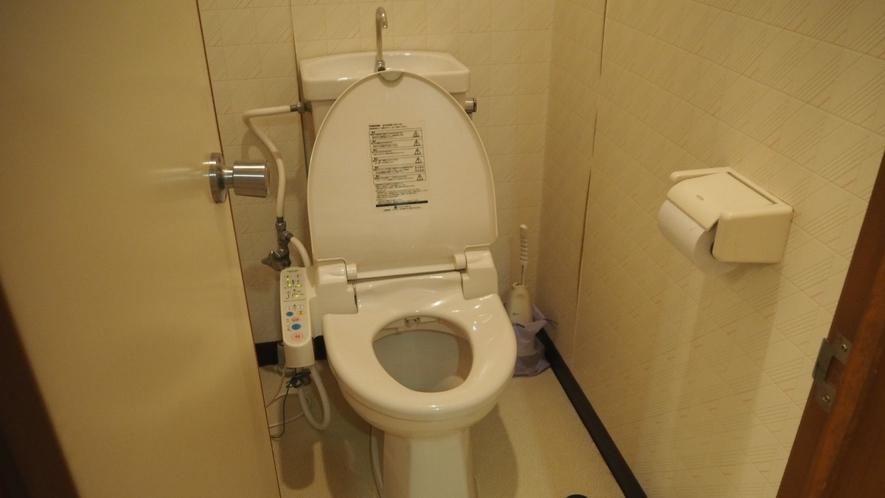 *洋室ツイン/お部屋にウォシュレット付きのトイレが完備されてます