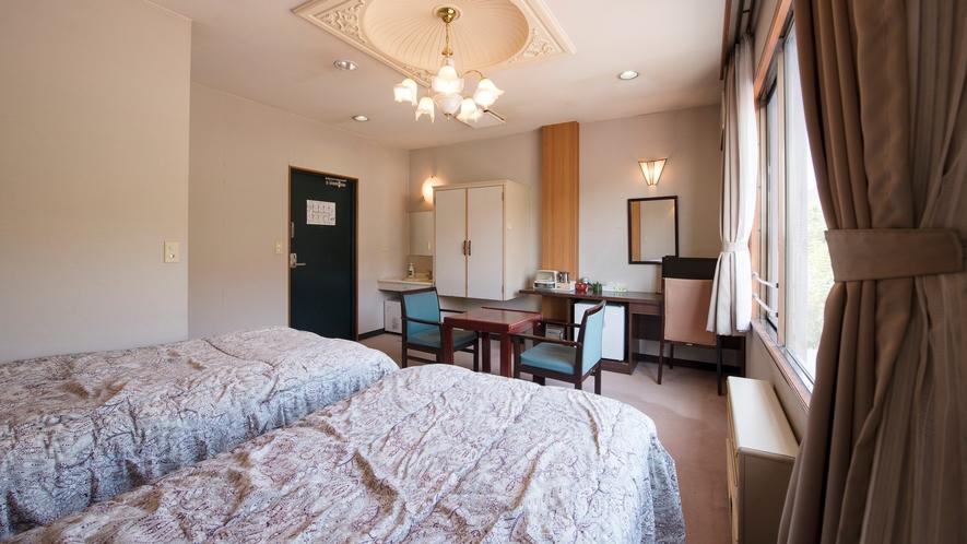 *明るい雰囲気の洋室ツインルーム。窓辺から片品川の景色をお楽しみください