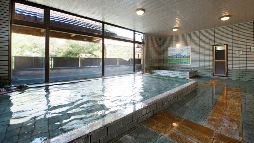 *尾瀬をイメージして造られた浴室。壁には尾瀬の池や、尾瀬に咲く花々の絵が描かれています