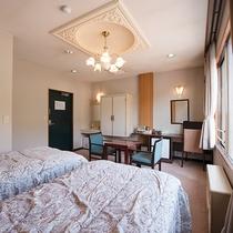 *明るい雰囲気の洋室ツインルーム。窓辺から片品川の景色をお楽しみください。