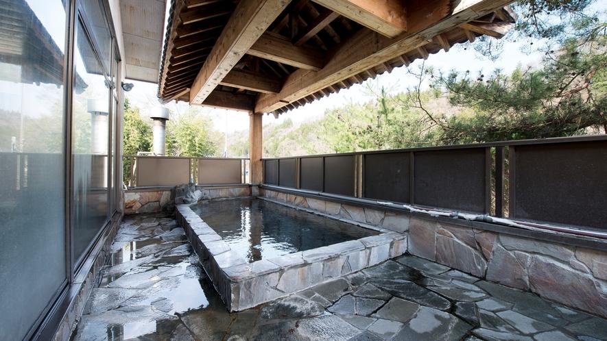*眼下に流れる片品川のせせらぎを聞き、周囲を囲う山々を眺めながらご入浴頂けます