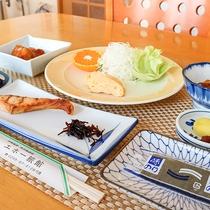 *朝食一例/焼き魚などシンプルな和定食です。