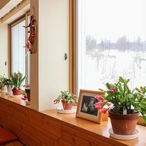 *食堂/雪山を見渡せる明るい食堂