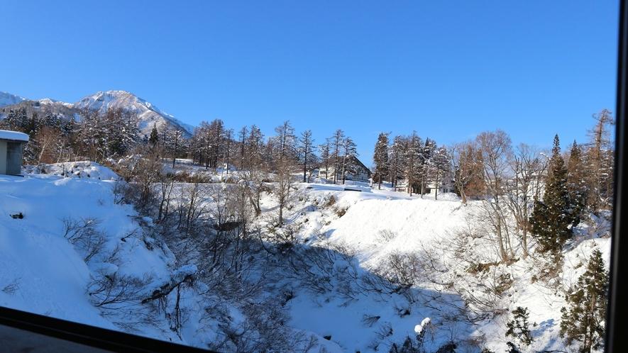 *食堂からは雪山の風景が眺められます。