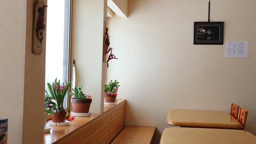 *食堂/山の景色を見渡せる明るい食堂