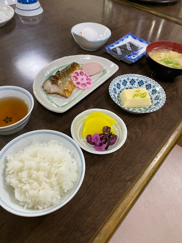 朝食例 焼魚、小鉢、生卵、海苔など