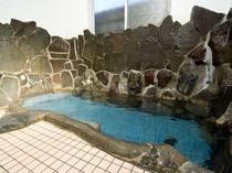 雲見温泉掛け流しの岩風呂をお楽しみください