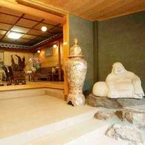 先代が購入した台湾や香港の木彫りの家具が調和した木の温かみを感じる空間です。