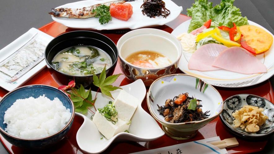 【朝食】栄養バランスを考えた健康的な朝食をご用意しております。ほっとする和食をお召し上がりください。