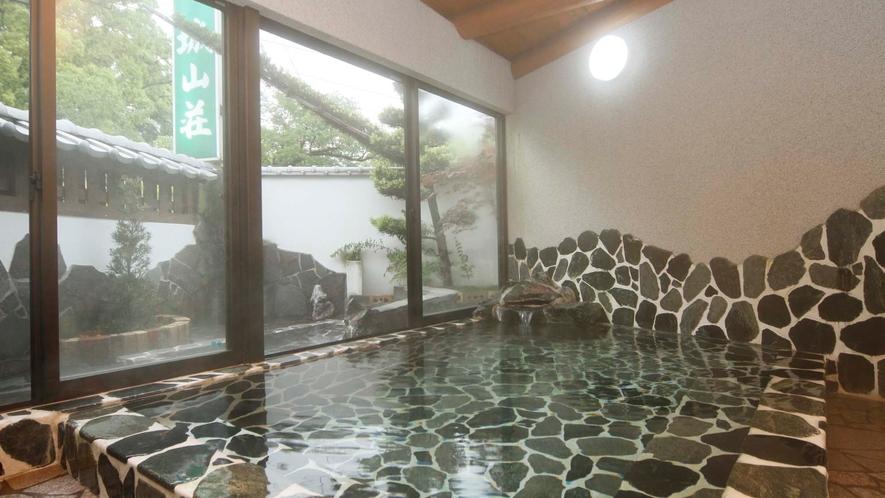【男女浴室】ぬるりとした湯ざわりは「化粧の湯」の名に相応しく、肌をしっとりと潤してくれます。