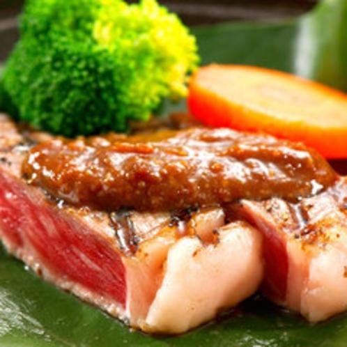 やわらかいお肉を朴葉味噌で!