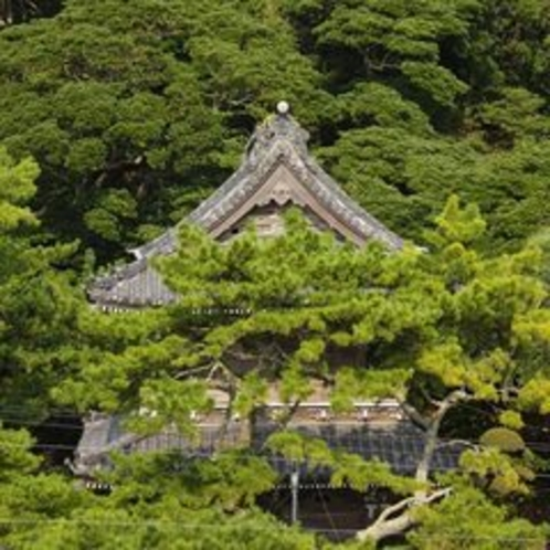 小湊で生まれた日蓮聖人の誕生を祝って建立された「誕生寺」は当館より徒歩1分です!