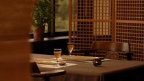 【お食事処 花見月】テーブルごとに仕切られゆっくり語らいながら食事のひとときをお過ごしいただけます。