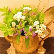 【お花】庭に咲く四季折々の花を洗面に飾っています。
