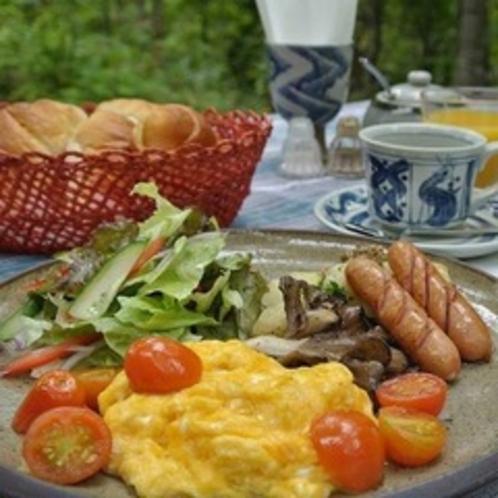【朝食】焼き立てのパンにワンプレートの美味しい朝食をお召し上がりください♪