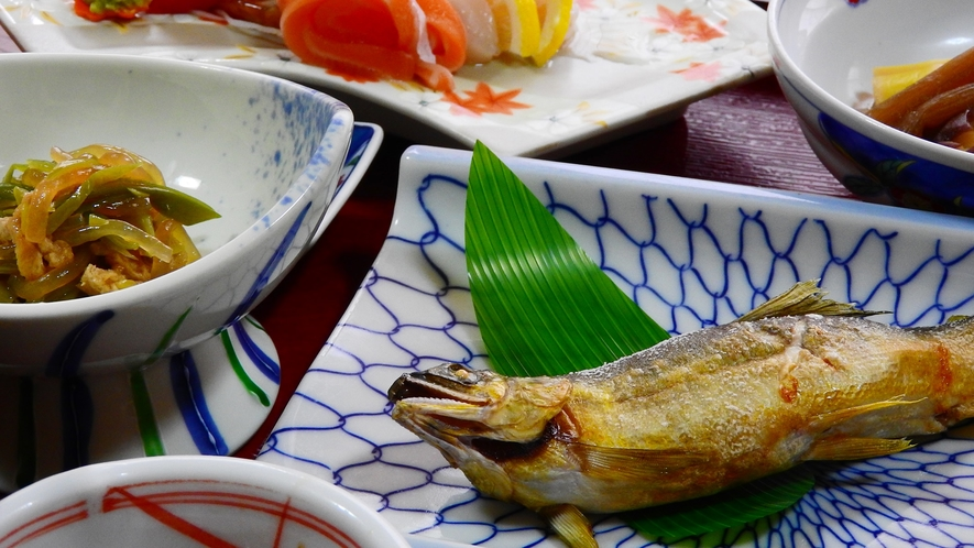 *【夕食一例】季節に合わせた、海山の幸をお楽しみ頂けます。