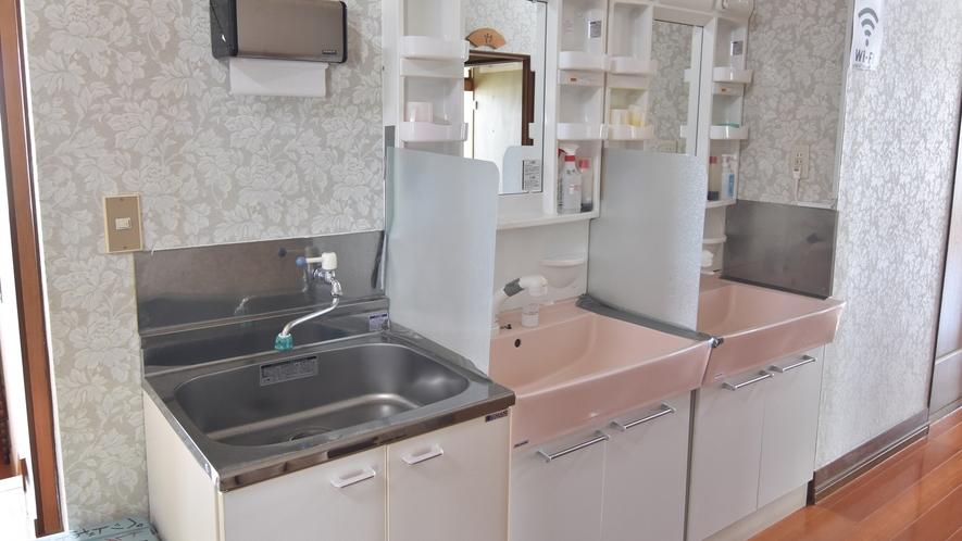 *【洗面台】廊下には共用の洗面台もご用意しております。
