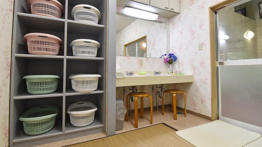*【脱衣所】清掃が行き届いた、明るく清潔な更衣室です。