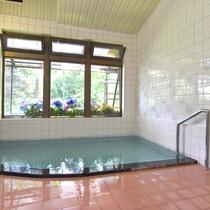 *【内湯】24時間入浴可能な天然温泉。大きな窓から、春~秋はあじさいを、冬は雪景色をお楽しみください