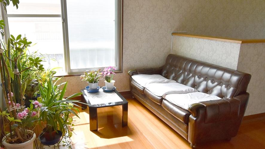 *【ソファー】廊下には共用のソファーをご用意しております。ご自由にご利用下さい。