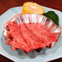 *【夕食一例】柔らかくてジューシーな県産牛を、お好みの焼き加減でどうぞ。