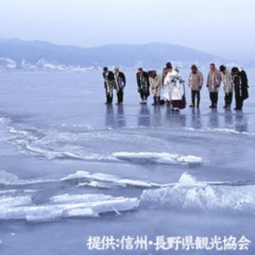 諏訪湖の御神渡り拝観式