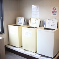 コインランドリー(洗濯機)3台設置。1回200円ご利用は7:00〜23:00の間で。