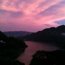 夕暮れの日の赤谷湖