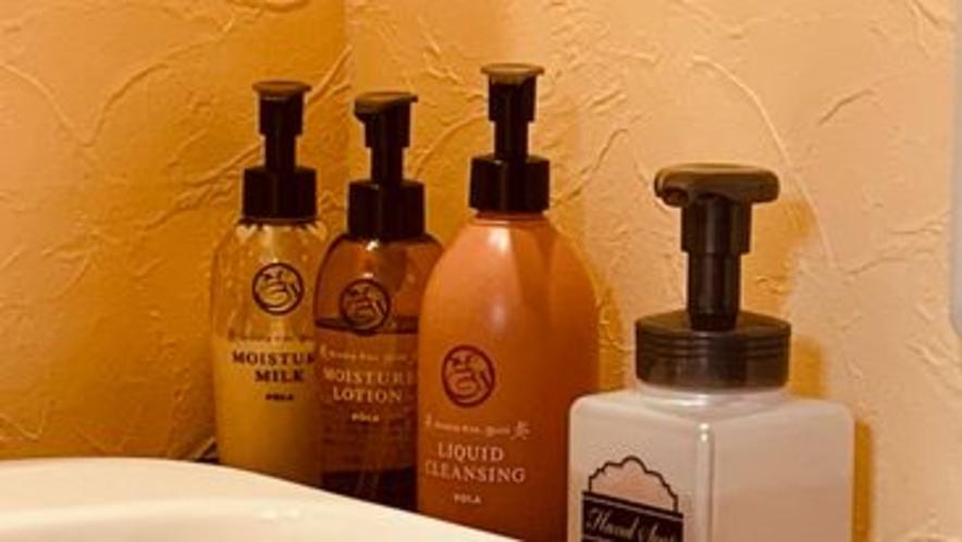 客室アメニティー 化粧水・乳液・クレンジング客室に完備