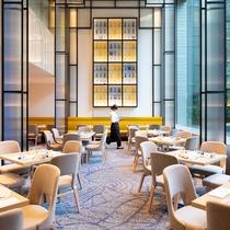 吹き抜けのある開放的なレストランカフェ