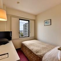シングルルーム/ワイドベッドで伸び伸びとおくつろぎ頂けます。