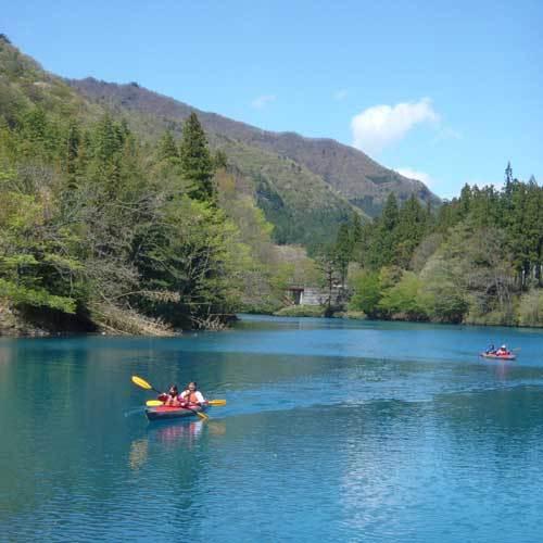 湖の青と森林のコントラストをお楽しみください【奥四万湖カヌー】