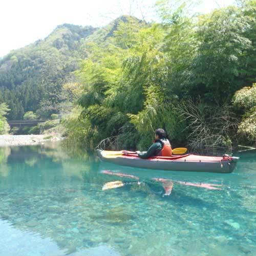 ボートが浮いて見えるのは水がきれいな証【奥四万湖カヌー】