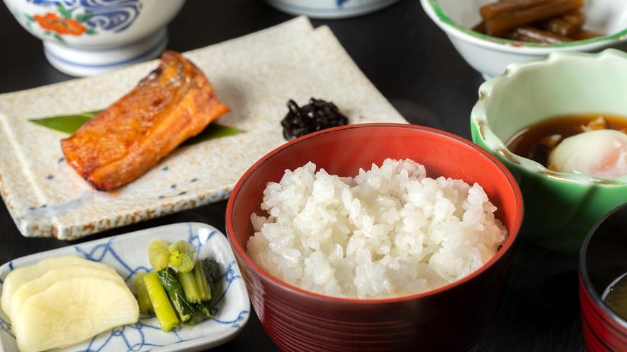 朝ごはんは旅館らしい和定食を。