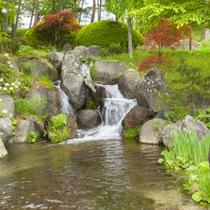 *【施設/散歩道】道沿いの日本池は、日本列島を形どった池です。
