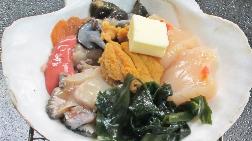 *【夕食一例】三陸産のアワビ、ウニ、ホタテを使った海宝焼。
