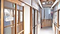 *【曲がり家】当館特別室「曲がり家」へ続く廊下。※曲がり屋は冬季利用不可となっております。